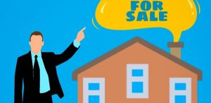 A real estate agent in front of the housebecause an agent  can help you organize property buying in Chicago easily.